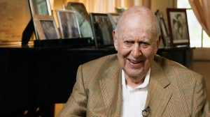Ninety-five-year-old Carl Reiner celebrates his peers as host and prime subject of IF YOU'RE NOT IN THE OBIT, EAT BREAKFAST debuting on HBO. Photo courtesy HBO.